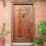 Надёжные входные двери из дерева - классика среди дверей