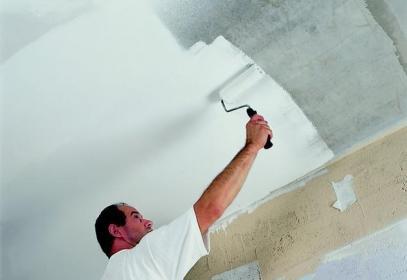 Покраска потолка в комнате