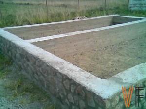 Фундамент загородного дома. Ленточный фундамент из рваного бутового камня. Упрощенный тип ленточного фундамента.